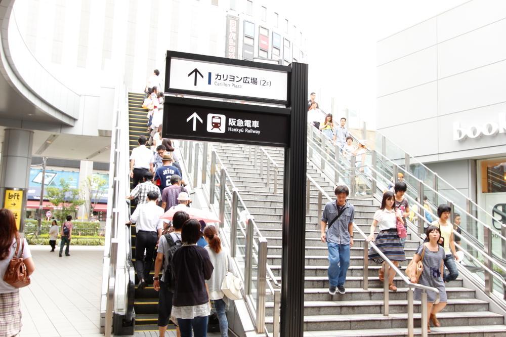 阪急梅田方面と書かれた階段とエスカレーター