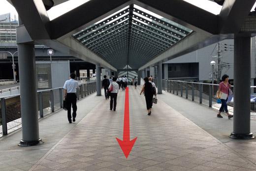 歩道橋をまっすぐ進みます
