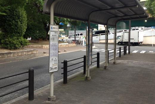降りてすぐのバス停です